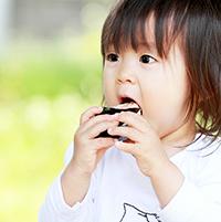 食べ物をほおばる子供